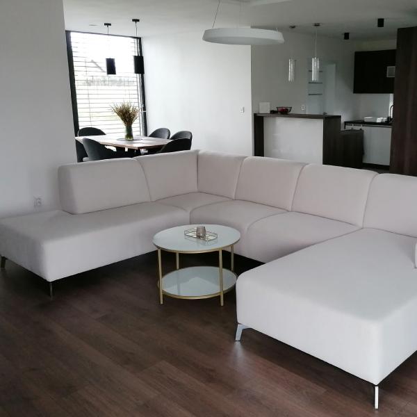Biela sedacia súprava na mieru ROMA v obývačke